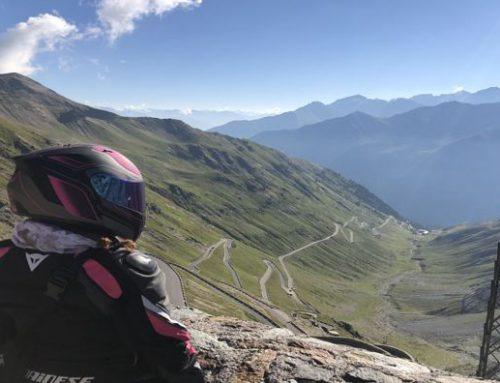 Zavorrina VALENTINA in moto sui passi alpini più belli della Lombardia